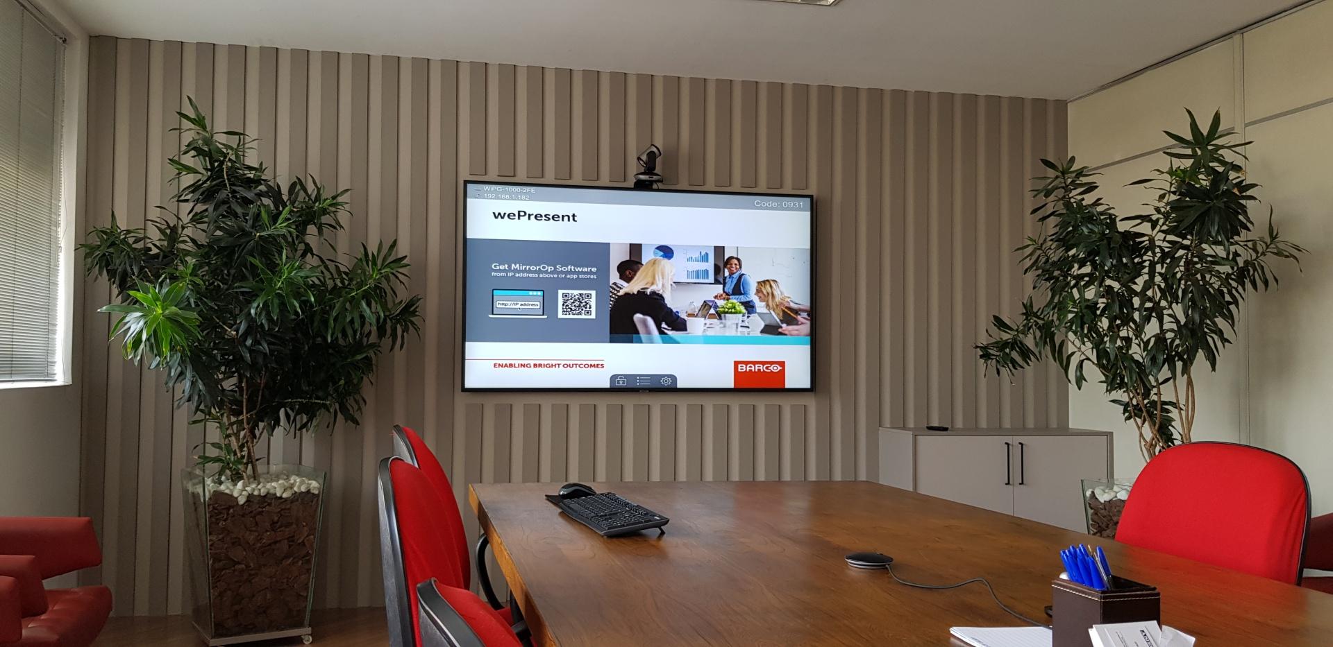 Sala reuniões com videoconferência